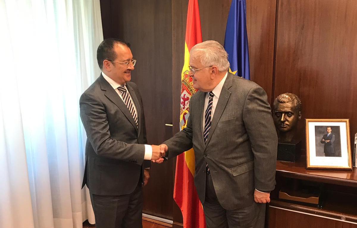 Carlos Fornes se reúne con el Presidente del Tribunal Constitucional